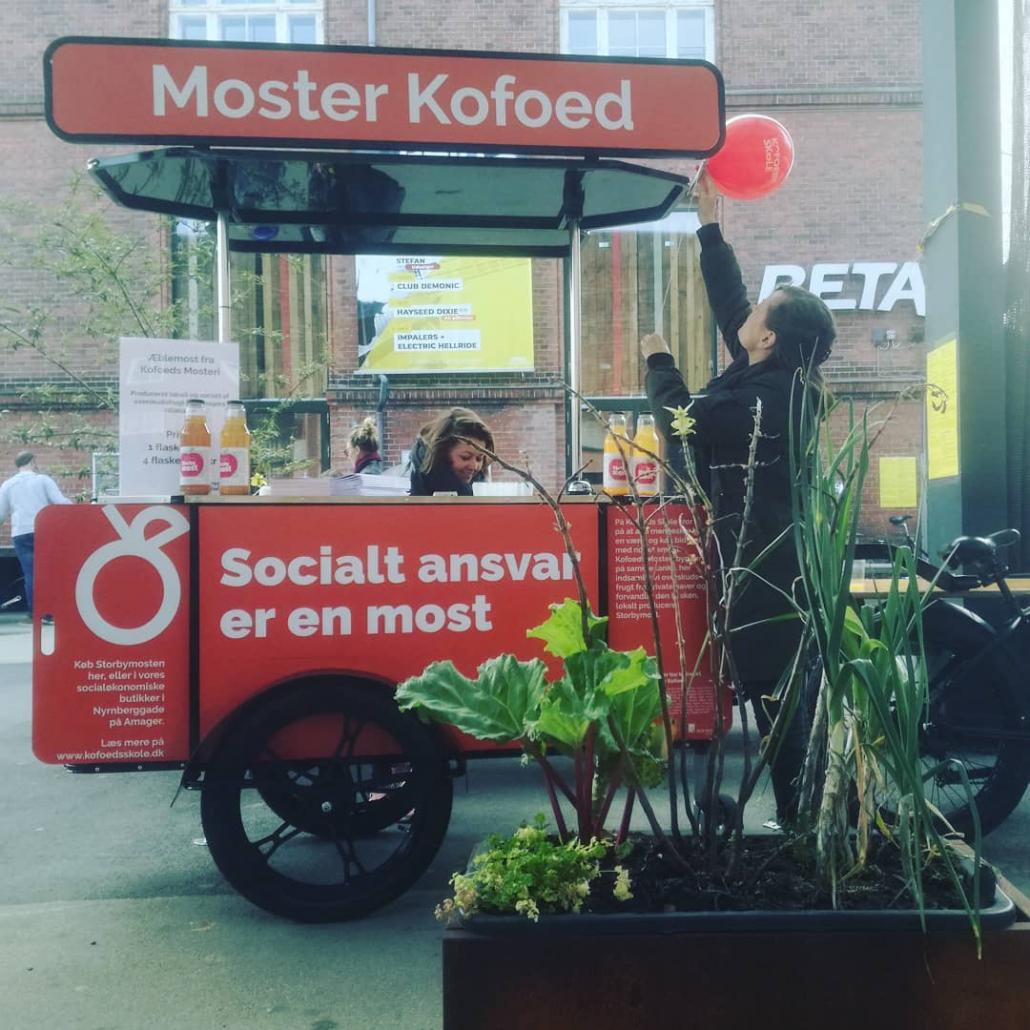Bizz On Wheels street vending cart