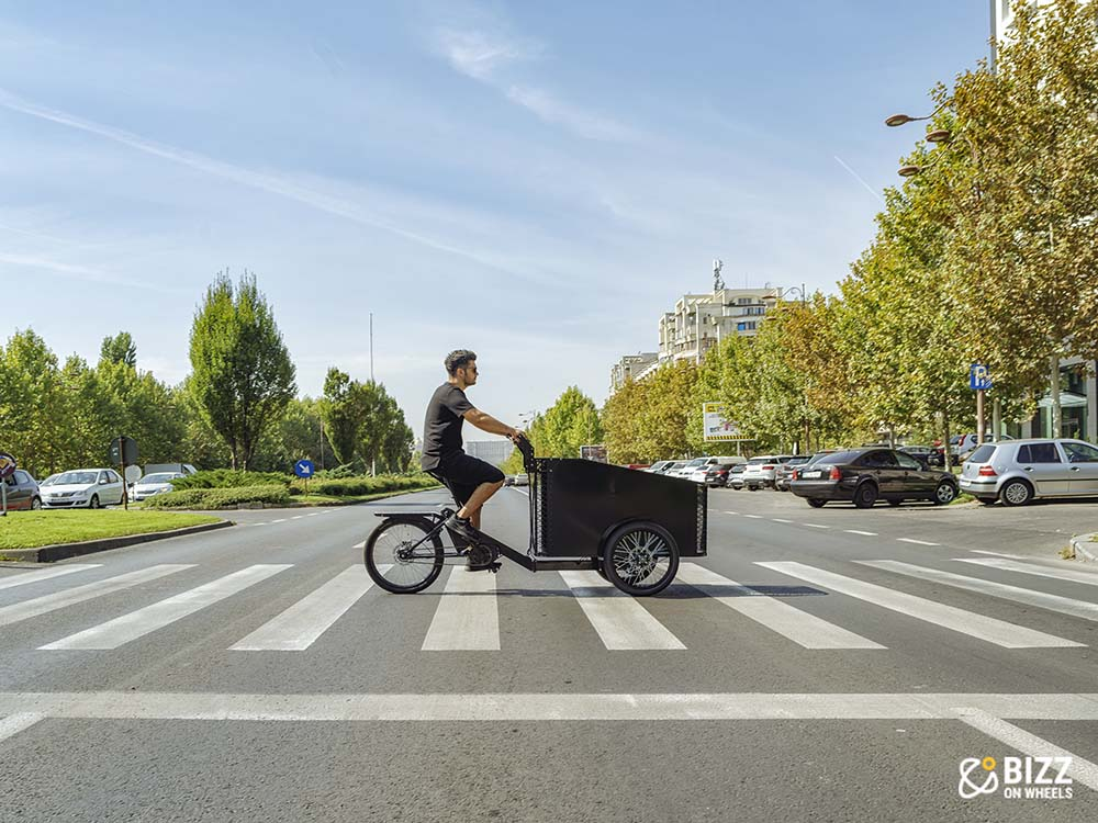 Electric cargo trike with open front case